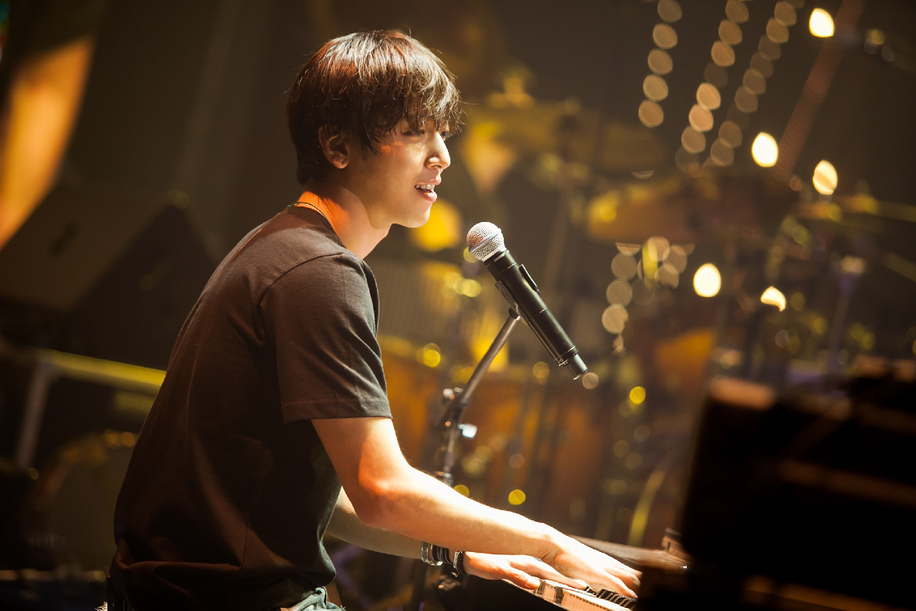 Check out Jung Yong Hwa's awesome live concert package